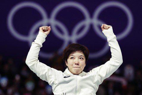 在競速滑冰女子500公尺項目中,打破奧運紀錄摘金的小平奈緒。但風光的背後,又要承...