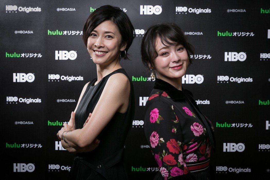竹內結子與貫地谷詩穗梨主演「神探夏洛克小姐」。圖/HBO提供