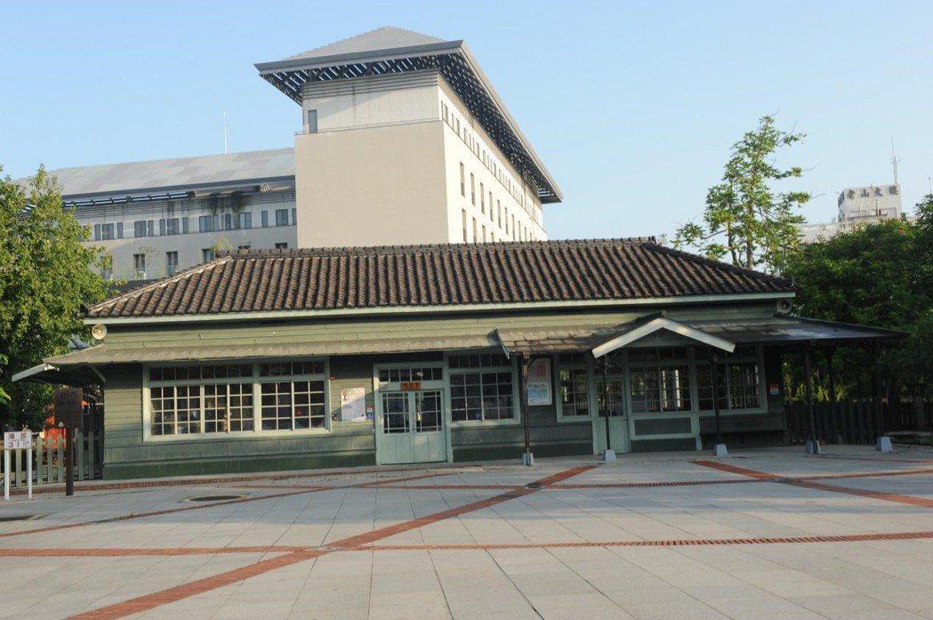 嘉義北門驛,後方突兀建築為BOT案當中的麗星北門大飯店。 圖/作者自攝