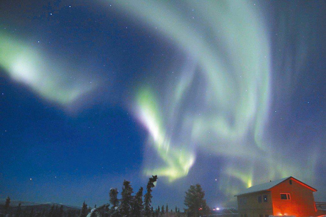 極地原民對於光有不同的解釋:有部族認為是祖靈在玩弄頭蓋骨,有的認為是惡兆,也有人...
