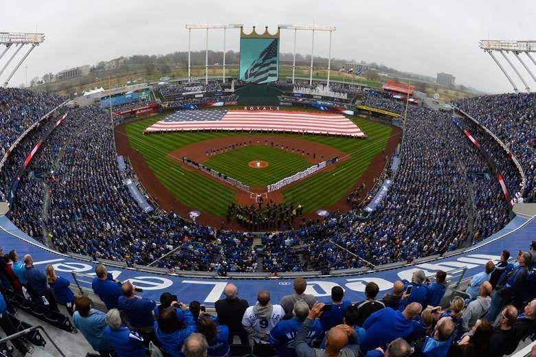 考夫曼球場外野寬闊,足以攤開一幅巨型國旗,對打者來說是較為不利的球場。 歐新社資...