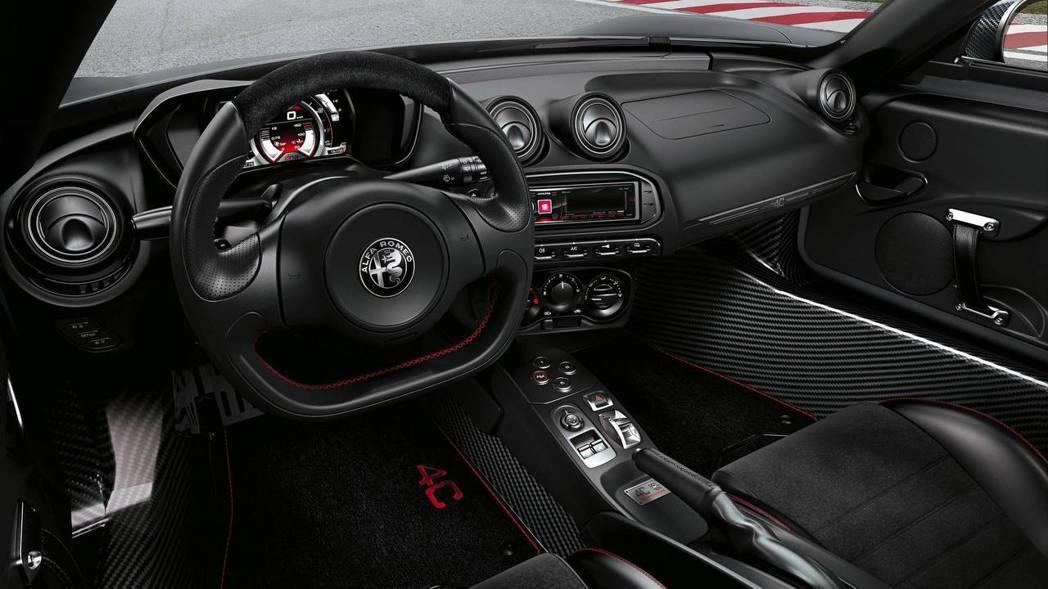 Alfa Romeo 4C Competizione 內裝完全駕駛導向。 摘自A...
