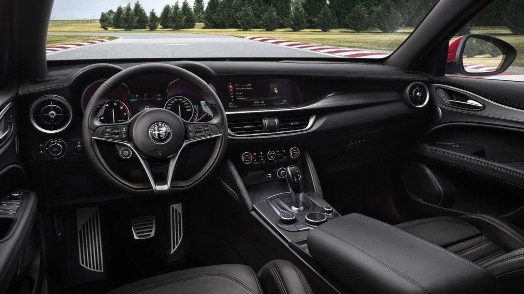 Giulia Veloce Ti 內裝相對之下平實許多。 摘自Alfa Romeo