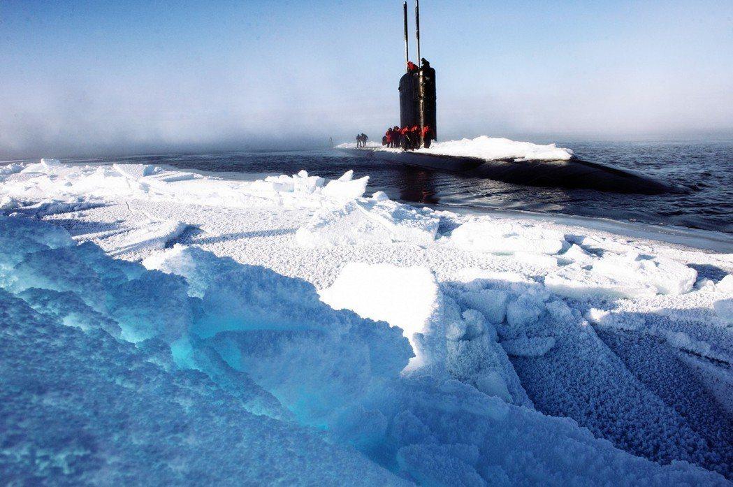 隨著北冰洋融化速度增快,能源、貿易航道、安全等國家利益都將浮出檯面,讓北極地區成...