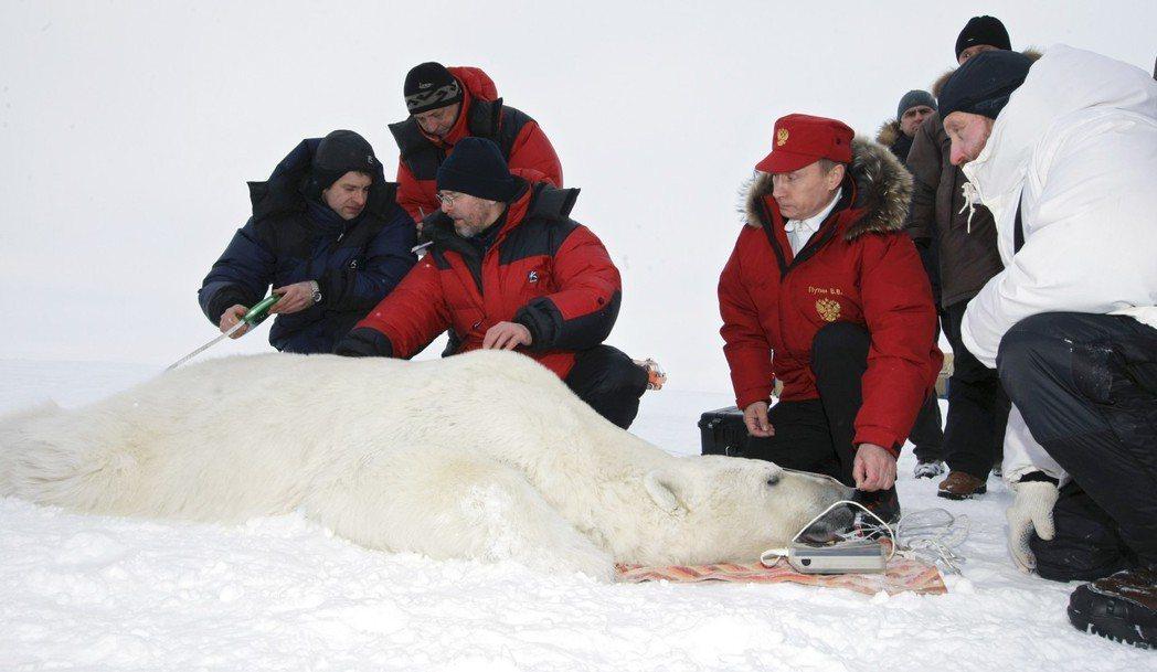 「北極,帶給俄羅斯未來。」圖為2009年,普丁的極圈視察。 圖/美聯社