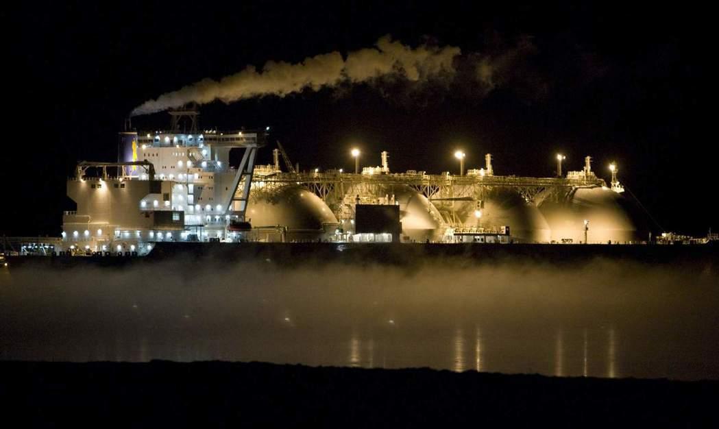 在能源方面,俄國是北極油氣蘊藏最多、也是開發最多的國家。圖為俄國遠東出港,送往日...