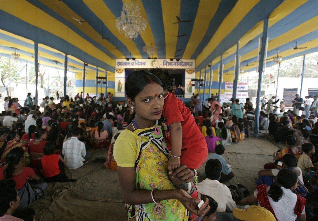一名性工作者帶著他的孩子,在印度加爾各答參加娛樂產業工作者會議。在這場會議中,許...