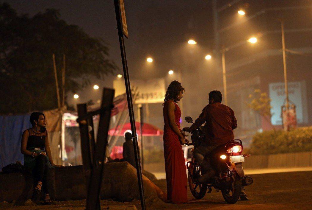相較於警方對妓院睜一隻眼閉一隻眼,必須自行攬客的性工作者,則面臨更高的被逮捕風險...
