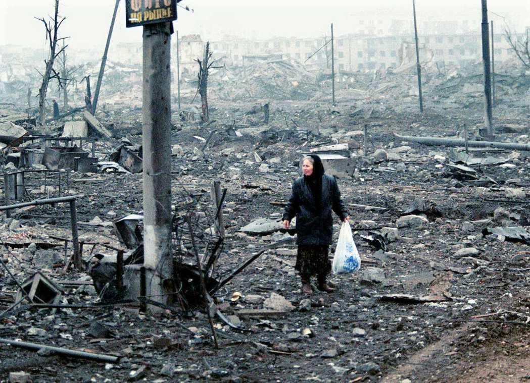 1999年第二次車臣戰爭,車臣難民走過城市廢墟。 圖/美聯社