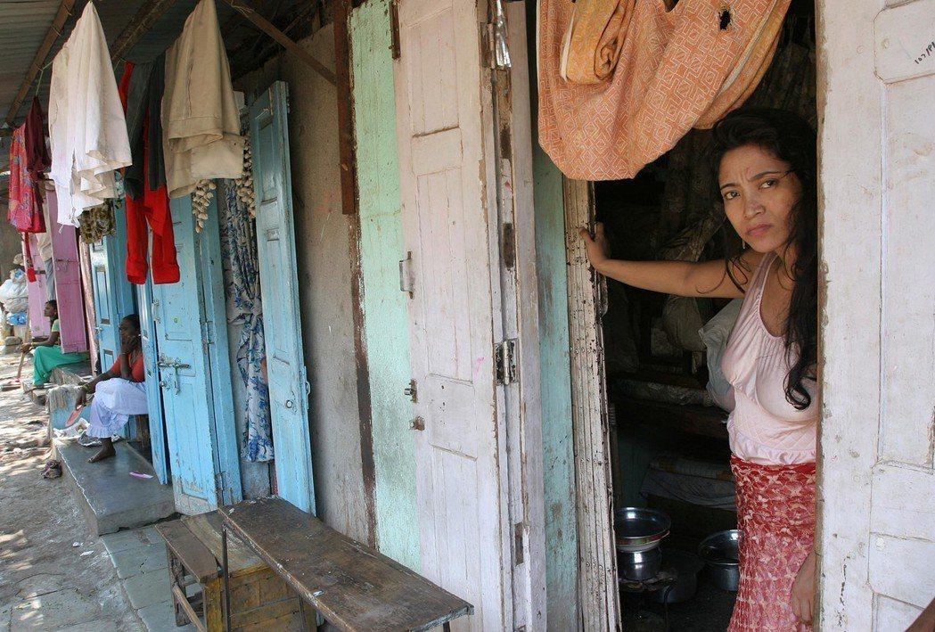 印度紅燈區的妓院,通常空間狹小、陰暗。圖為孟買紅燈區的妓院。 圖/美聯社