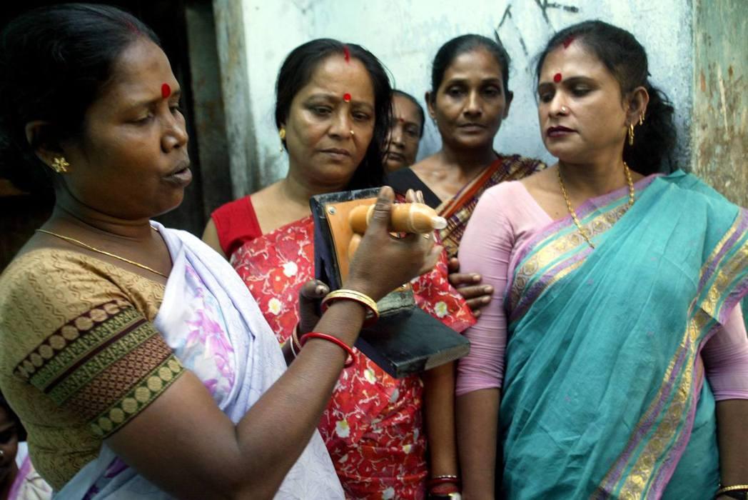 誰能保障印度性工作者的人權?圖為替性工作者開設、教授安全性行為的課程。 圖/路透...