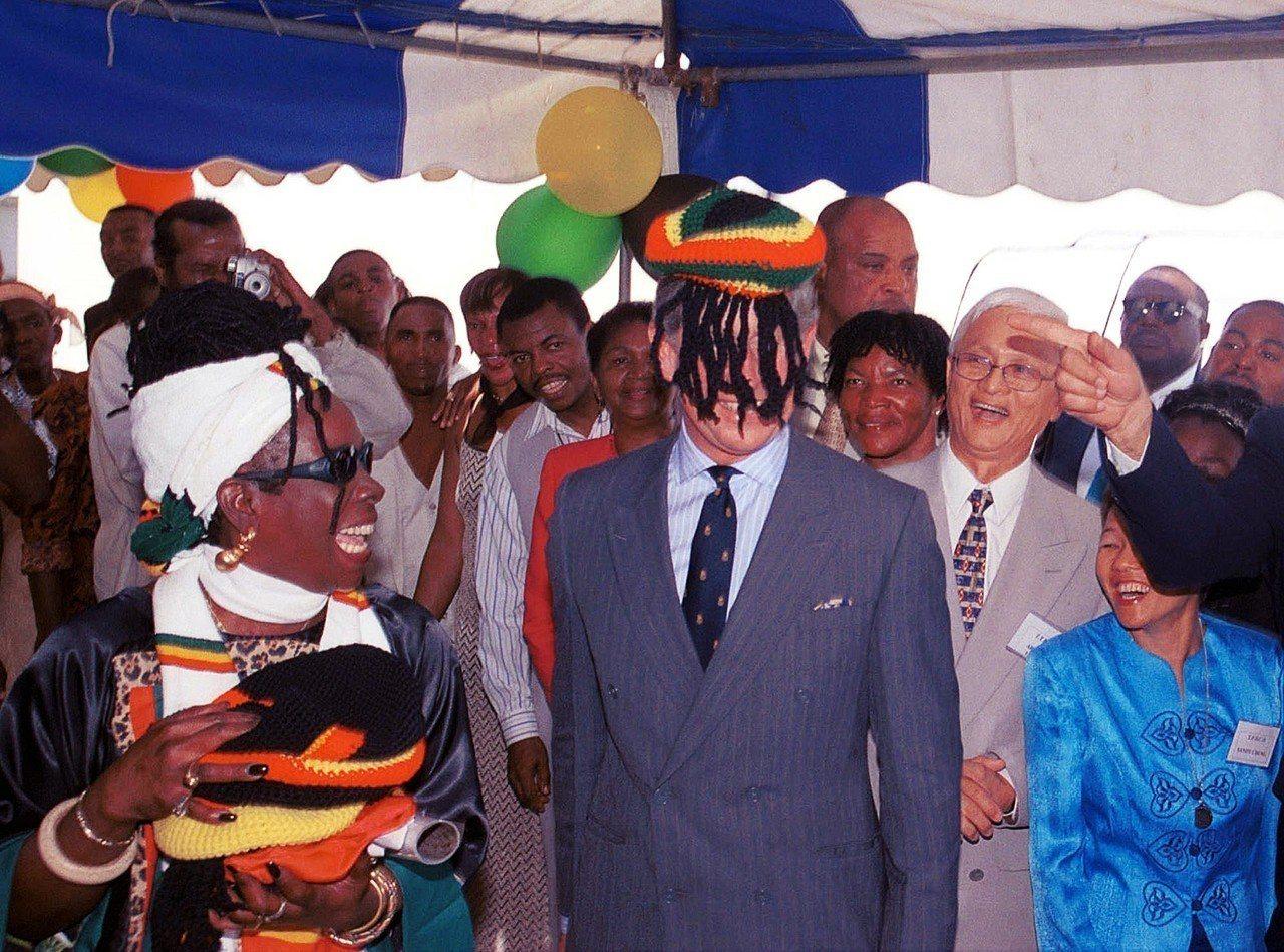 圖為2000年,訪問牙買加的查爾斯王子,戴上了拉斯塔法里運動的雷鬼假髮帽。 圖/...