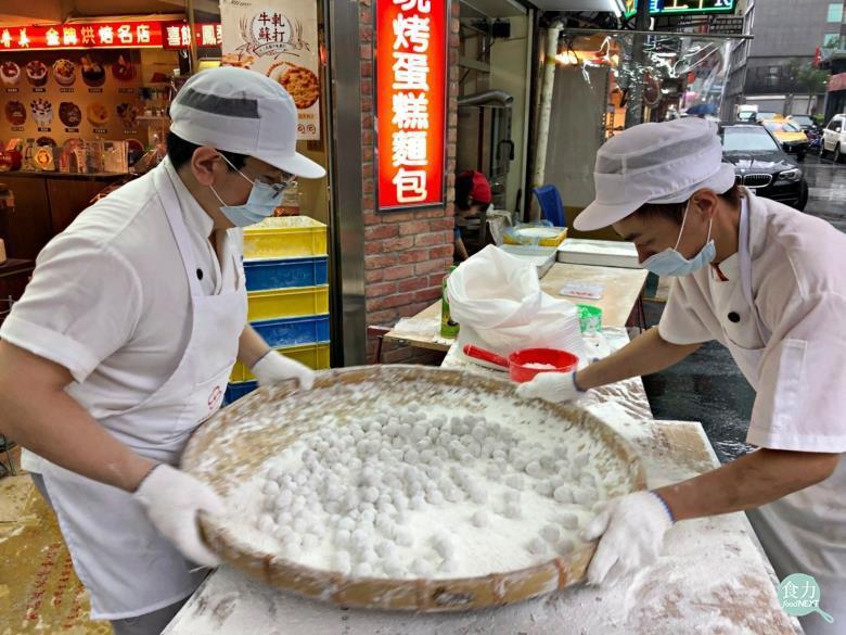 元宵節吃的元宵是用餡料沾水,在糯米粉中滾製而成。 而包餡湯圓則是先以糯米粉加水揉...