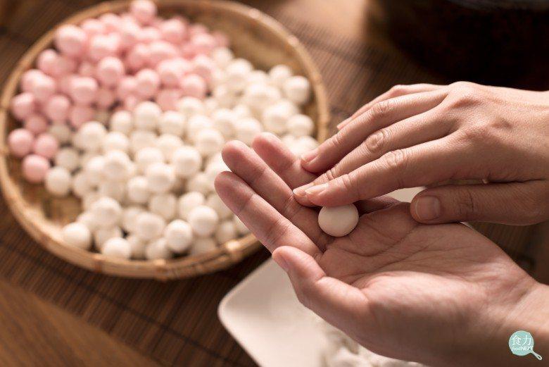 傳統冬至時吃的湯圓,是紅白兩色,用手搓製而成。