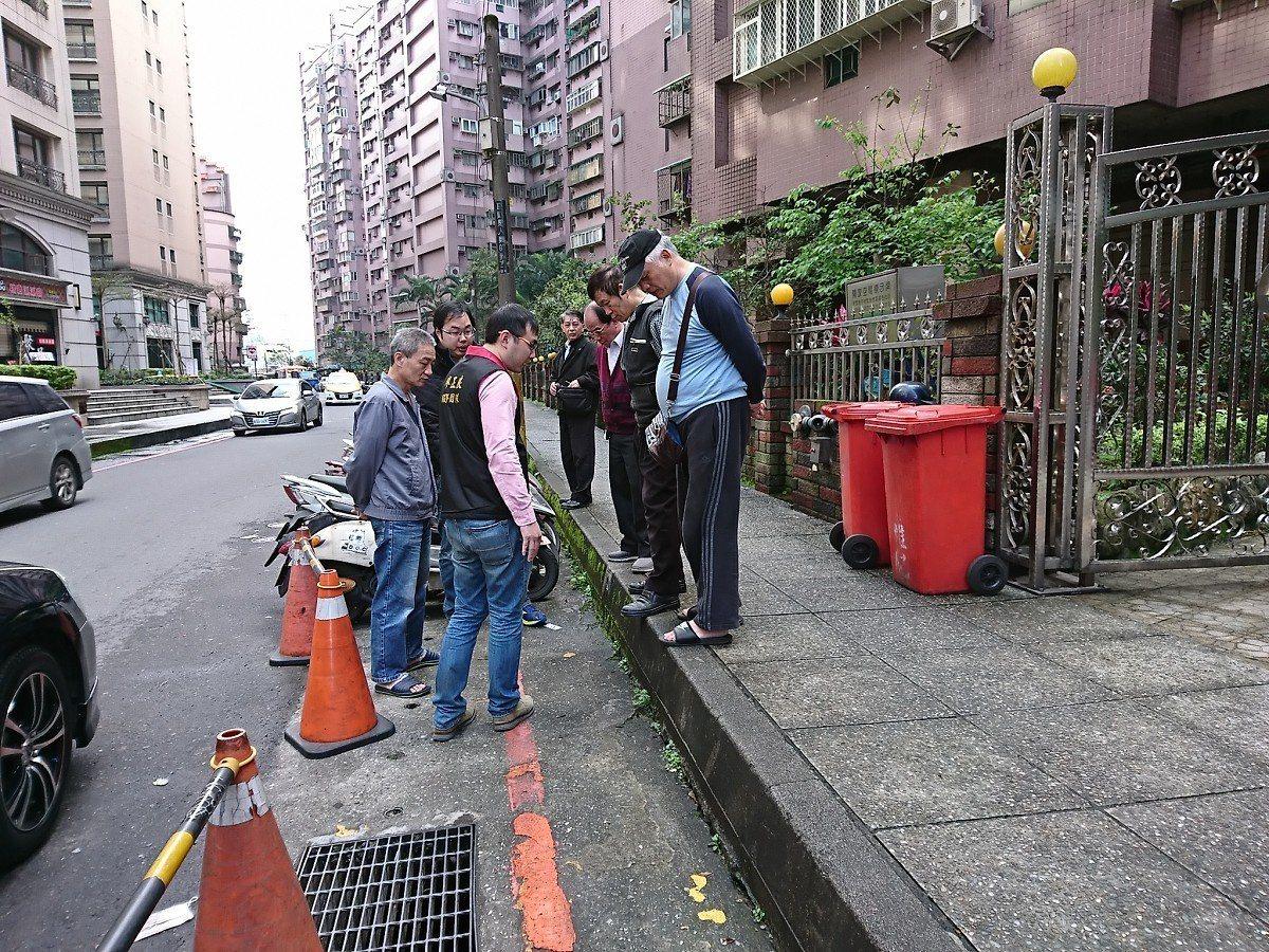 汐止區福德一路上的一處社區,水就會滲進地下室,懷疑是人行道出現裂縫造成,市議員廖...