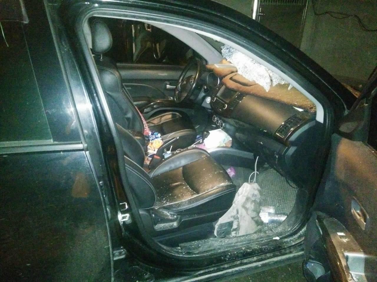 宜蘭縣一車遭落石砸中,一家4口,一死一傷。圖/宜蘭縣消防局提供