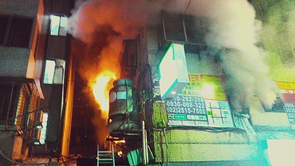 台北市龍江路一處大樓傳出大火。記者李承穎/翻攝