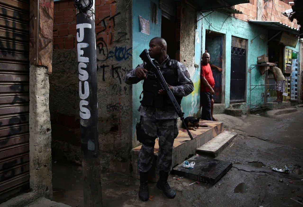 里約熱內盧州長裴照承認治安管理不佳,向聯邦政府要求派遣武裝部隊進駐。路透