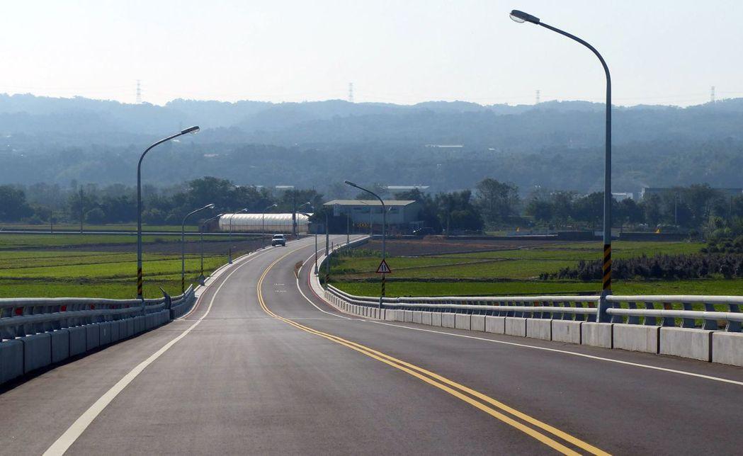 溪尾大橋下橋後,左轉接里內慶光路,因部份路段狹窄,會車困難。記者趙容萱/攝影