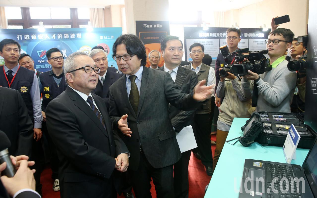 行政院上午舉行資安成果展,副院長施俊吉(前左一)聽取資安成果報告,內政部長葉俊榮...