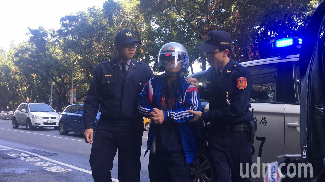 張姓男子遭警方逮捕。記者李承穎/攝影
