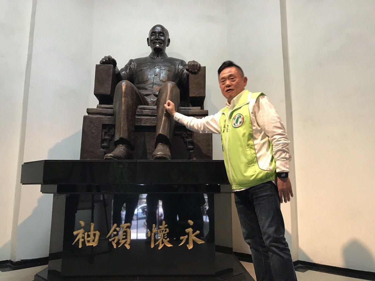 基隆市議員游祥耀,要求基隆市警局把蔣公銅像移除。記者吳淑君/攝影