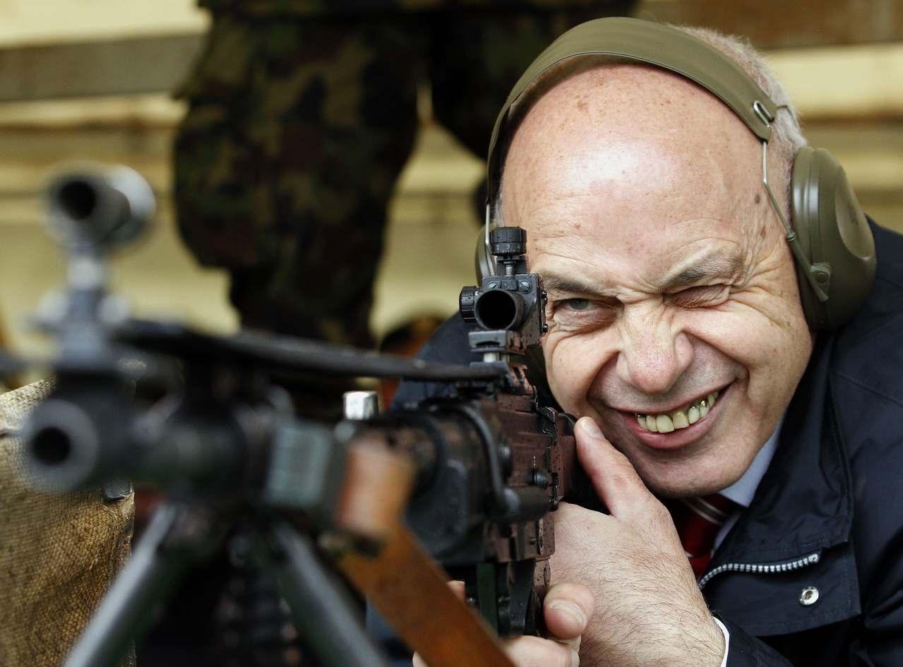 瑞士擁槍率世界第三,但訂定嚴格法規,國內近年槍擊案因而大幅下降,圖為2013年時...