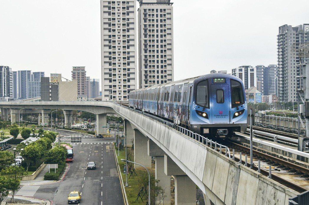 機捷通車後推出許多宣傳活動包括聖誕節彩繪列車。記者鄭國樑/攝影