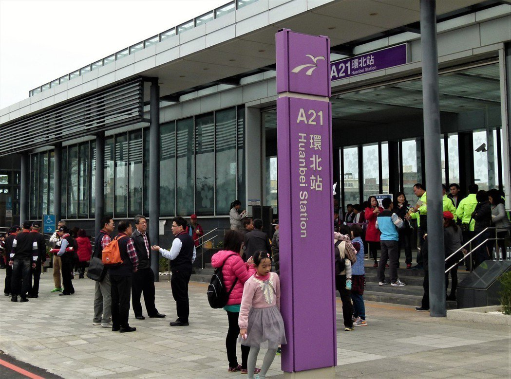 機捷去年2月試營運A21環北站體驗的人潮不斷,通車1年後決定增加A21直達車。記...