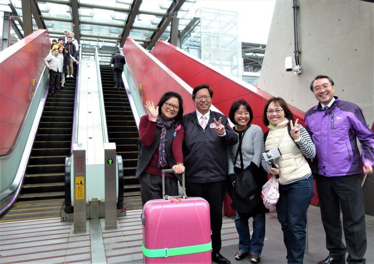 鄭文燦(左2)多次到機捷各站了解營運狀況,圖為去年在A18高鐵站和轉乘的乘客合影...