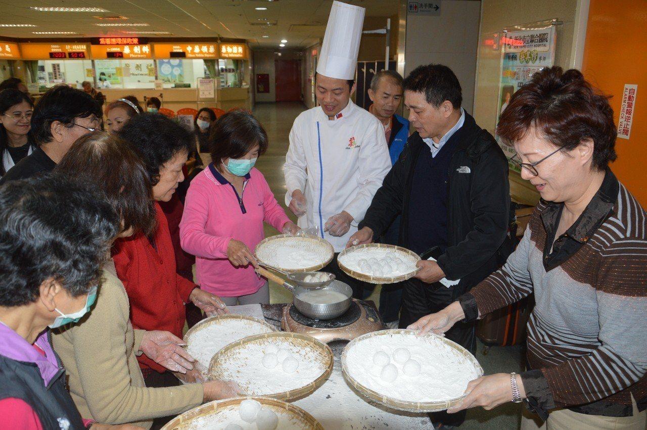 張晏瑜(右3)教大家如何搖元宵,右1為聯醫副院長王祖琪。記者施鴻基/攝影
