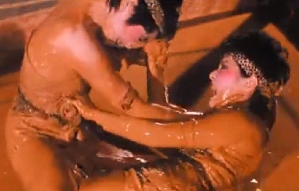 張小燕與張艾嘉在「台上台下」玩摔角滾泥漿,吃足苦頭。圖/翻攝自YouTube