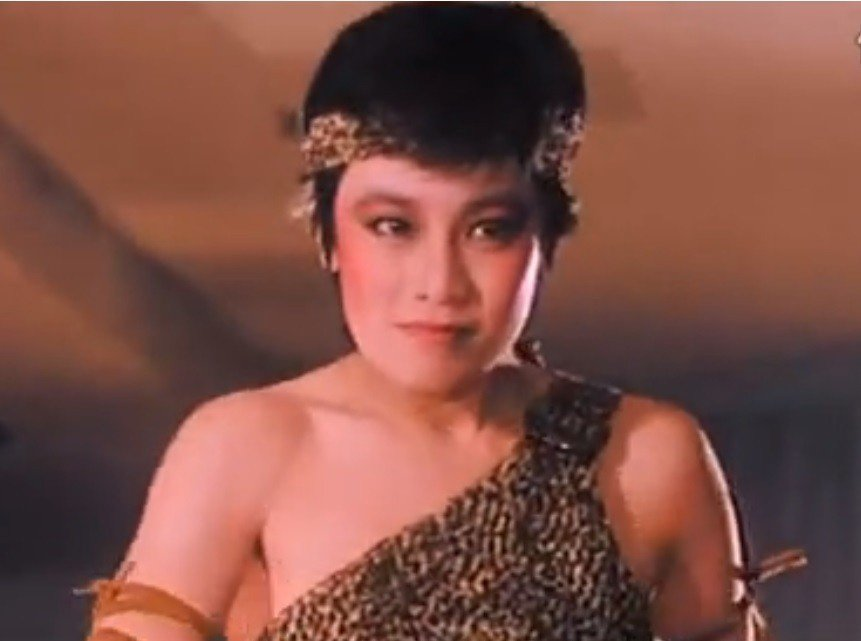 張艾嘉也在「台上台下」化身為俗艷的豹皮裝女郎。圖/翻攝自YouTube