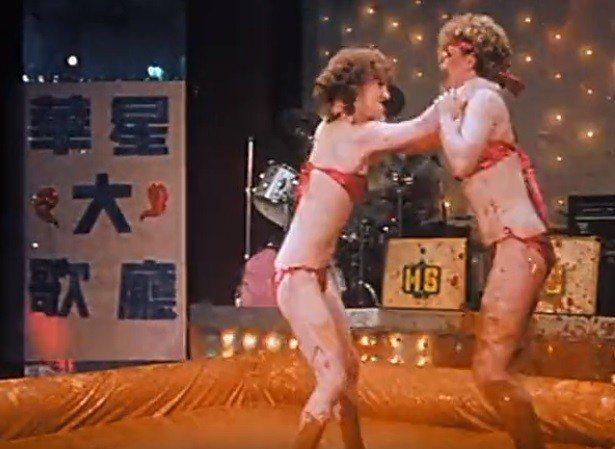 「台上台下」片子一開始的西洋女演員只穿比基尼玩摔角。圖/翻攝自YouTube