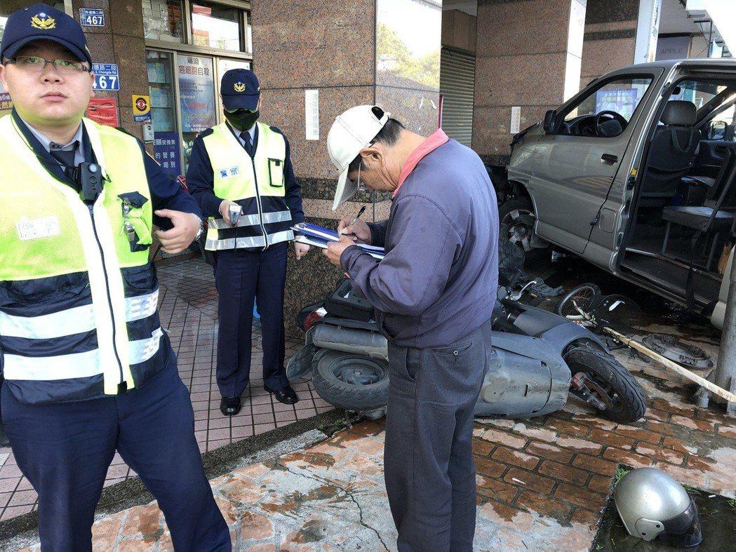 台中市立仁愛之家許姓駕駛的廂型車今天上午爆衝,造成連環車禍,釀多人輕重傷。記者陳...