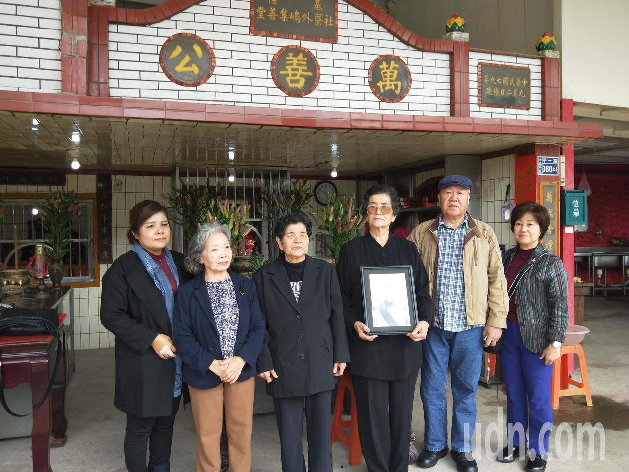 首位因228獲賠600萬的日籍受難者家屬青山惠昭,今天上午與另外2名受難者家屬,...