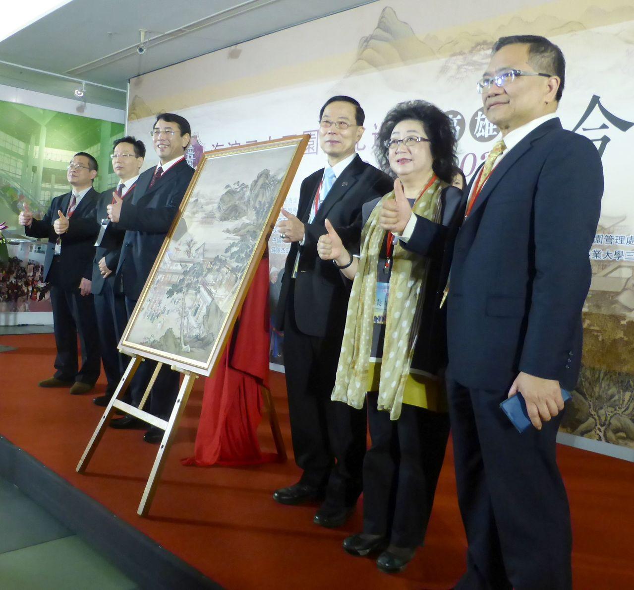 「2018年第7屆高雄北京特色周」的「海淀區三山五園文化巡展」今天起到15日在高...