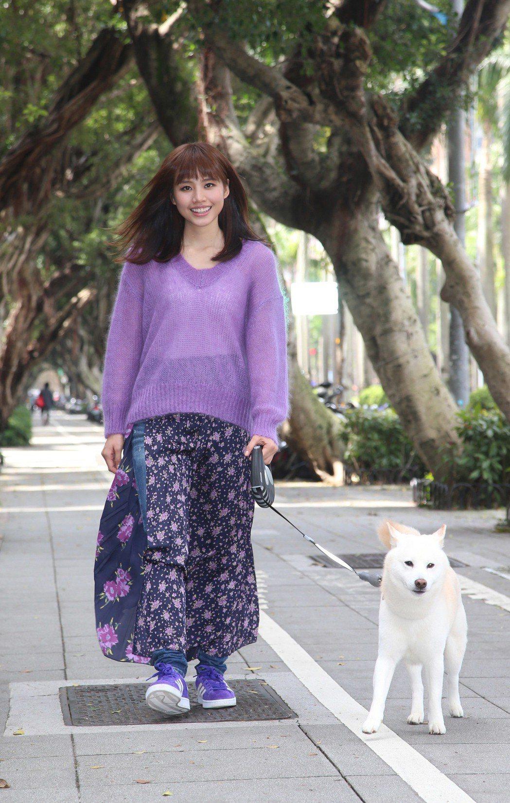 吳汶芳1日帶狗狗舉辦開工記者會。記者陳瑞源/攝影