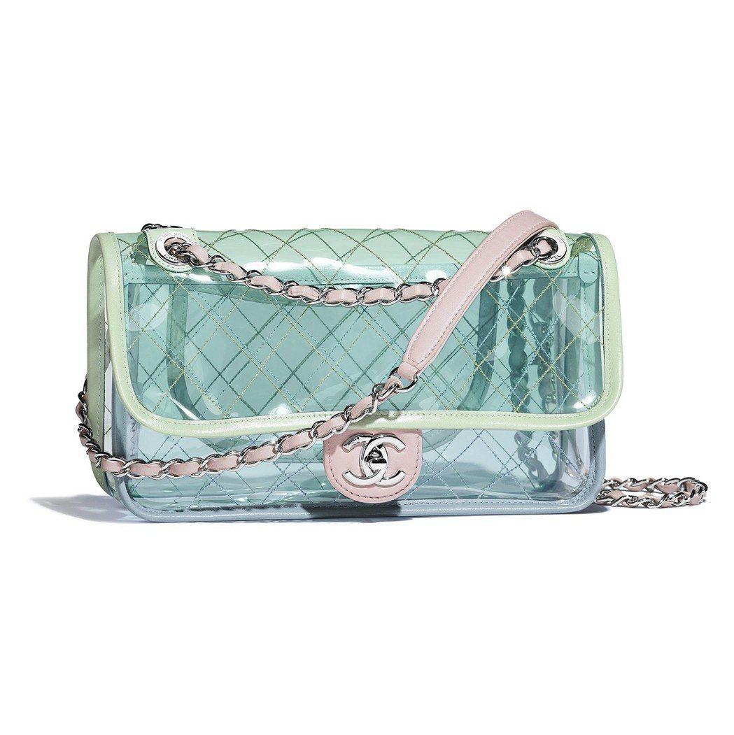藍綠色透視鍊條包,93,100元。圖/香奈兒提供