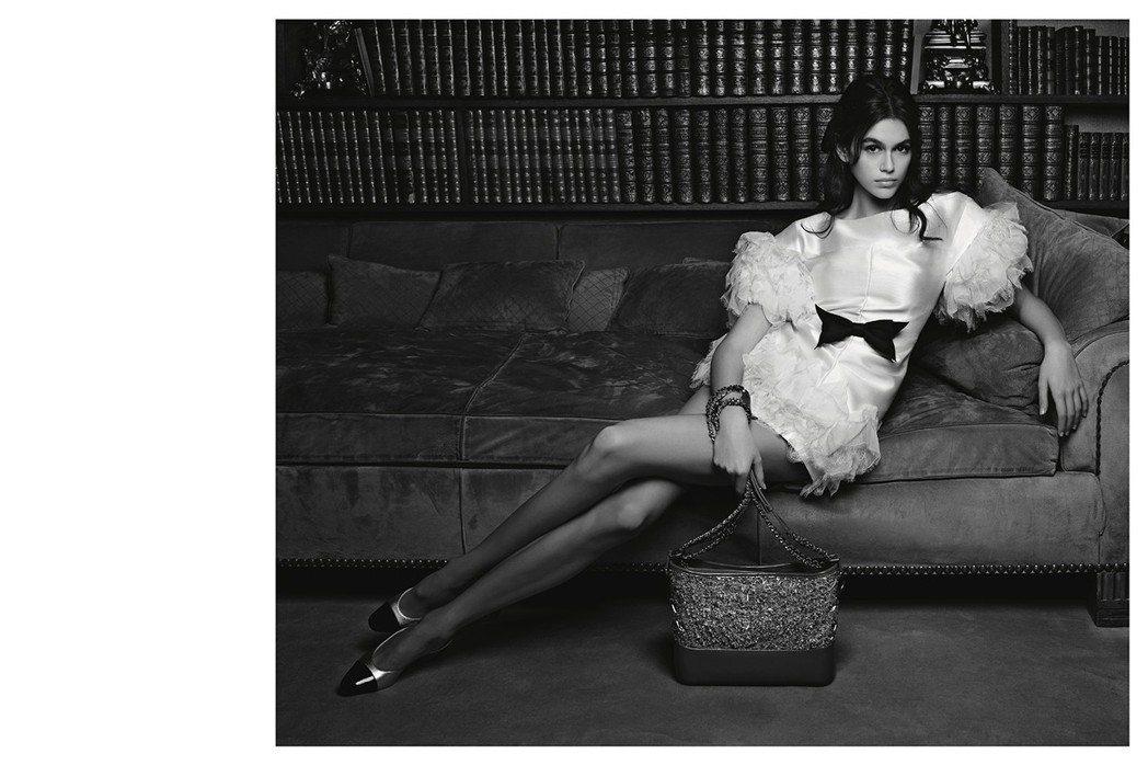 背景選在香奈兒女士巴黎寓所,在慵懶與典雅兼具的氛圍下秀出全新一季的時尚包款。圖/...