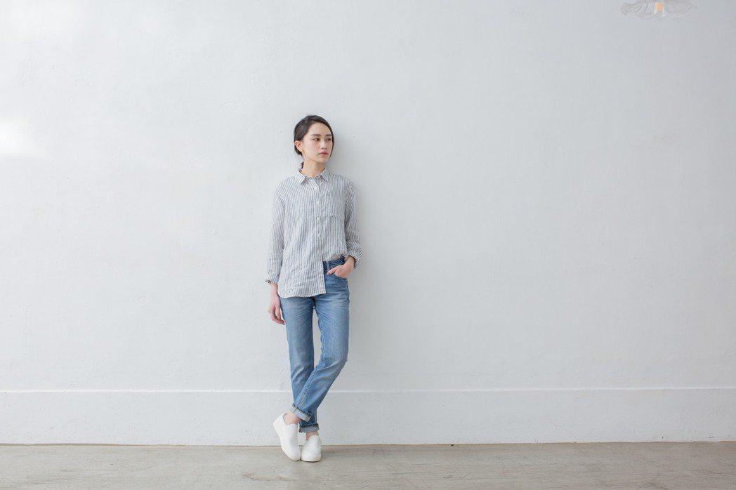 女法國亞麻水洗直紋襯衫,1,190元。圖/無印良品提供