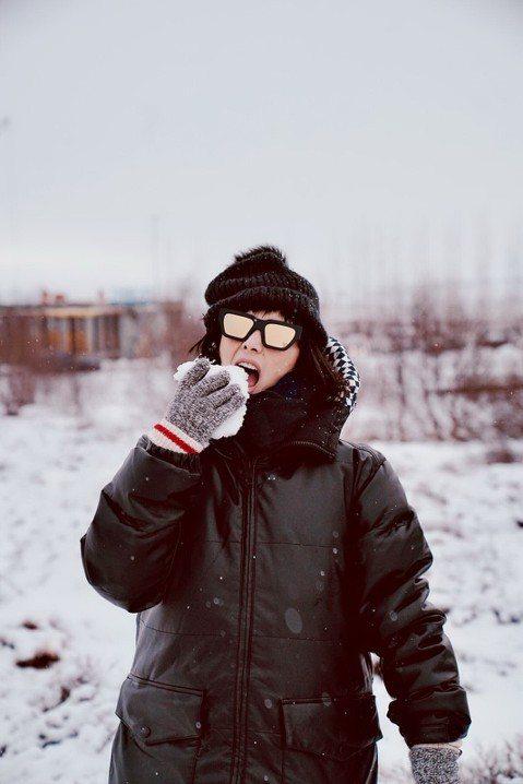 何超儀帶領樂團「何超與海膽仔樂團」過年期間遠征冰島開唱,成為首位在冰島開唱的香港歌手,喜愛滑雪的何超儀表示看到銀白世界心中熱血沸騰。她此行是為了拍攝音樂紀錄片「Finding bliss : Fir...