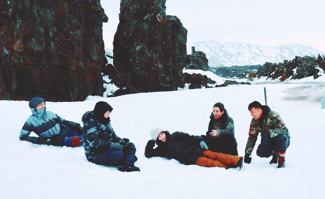 何超儀與海膽仔團員在冰島工作。圖/Drill Team提供