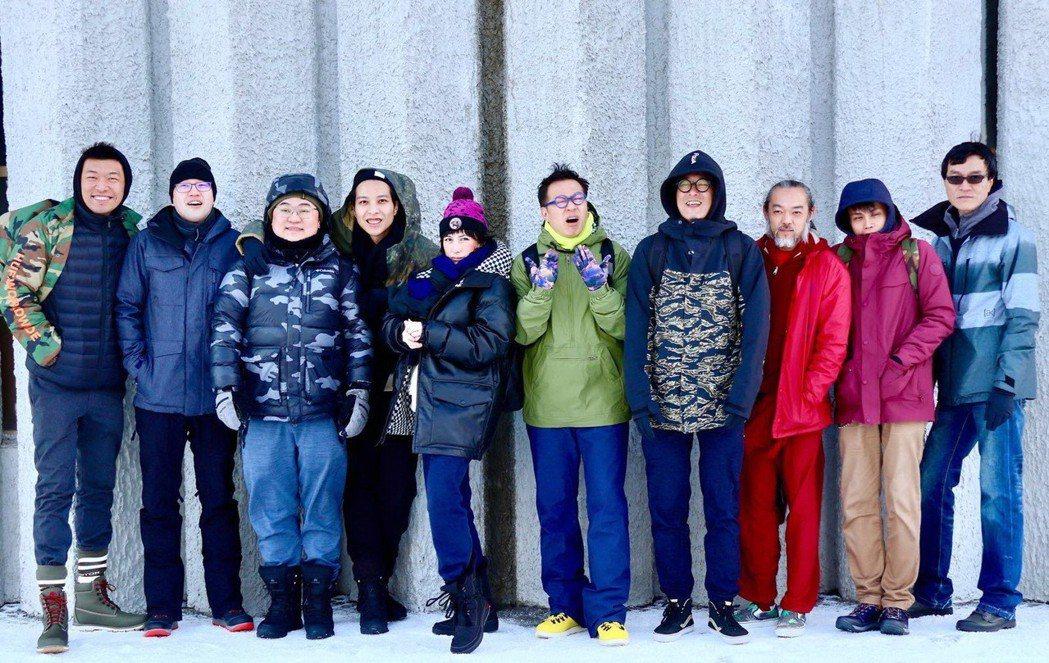 何超儀(左5)與海膽仔團員在冰島工作。圖/Drill Team提供