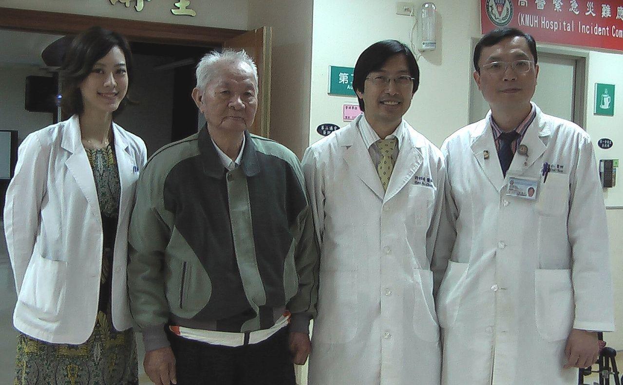 李老先生(左二)感謝高醫整形外科醫師賴昕隄(左一)、心臟內科醫師許超(右二)與...