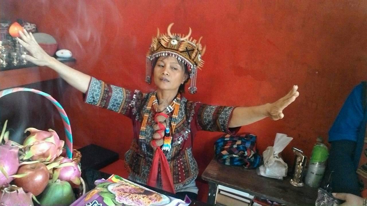 柯恆梅成為靈媒後,去年7月14日祖靈附身,指示她帶族上山完成中斷20多年的祖靈祭...