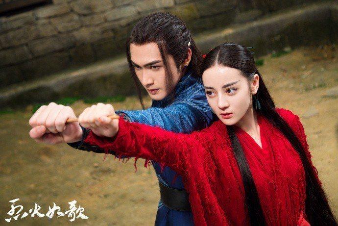 迪麗熱巴(右)與張彬彬在「烈火如歌」中再度合作。圖/CHOCO TV提供