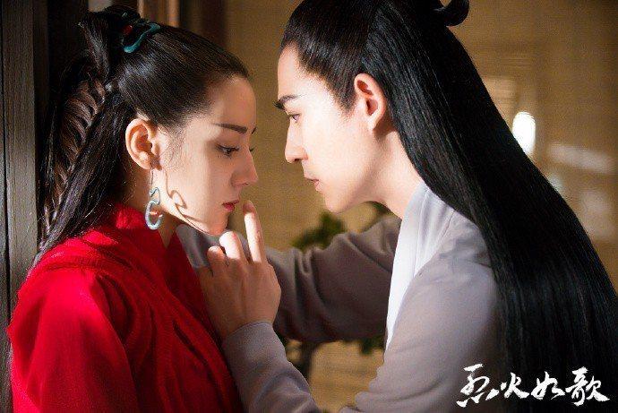 周渝民(右)與迪麗熱巴合作「烈火如歌」。圖/CHOCO TV提供