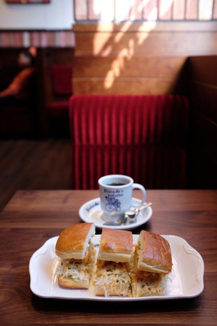 蝦排三明治,特製麵包夾入炸蝦排、Komeda特製千島醬,售價220元。圖/記者沈...