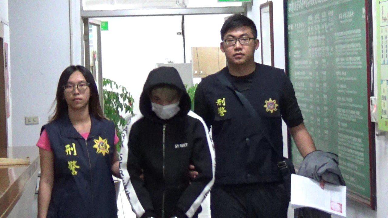 警方將曾姓男子(中)依詐欺罪嫌移送。記者劉星君/翻攝